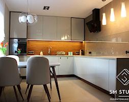 DOM W CIEPŁYCH BARWACH - Średnia duża otwarta biała beżowa szara kuchnia w kształcie litery l z oknem, styl nowoczesny - zdjęcie od SM STUDIO Projektowanie wnętrz