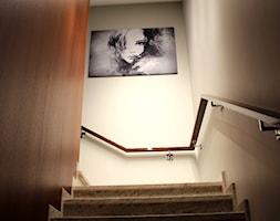 DOM W CIEPŁYCH BARWACH - Mały szary hol / przedpokój, styl nowoczesny - zdjęcie od SM STUDIO Projektowanie wnętrz