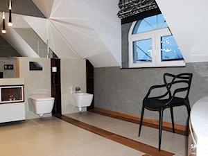 POKÓJ KĄPIELOWY W KOLORACH ZIEMII - Średnia łazienka na poddaszu w domu jednorodzinnym z oknem, styl nowoczesny - zdjęcie od SM STUDIO Projektowanie wnętrz