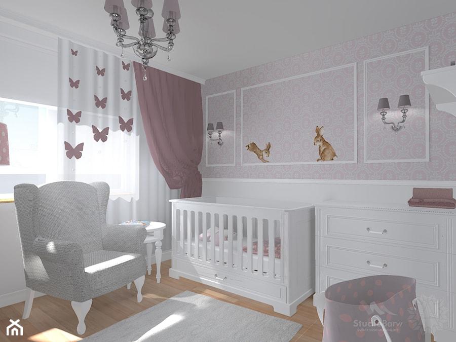 Aranżacje wnętrz - Pokój dziecka: Pokój dziewczynki - Mały szary różowy pokój dziecka dla chłopca dla dziewczynki dla niemowlaka, styl klasyczny - StudioBarw. Przeglądaj, dodawaj i zapisuj najlepsze zdjęcia, pomysły i inspiracje designerskie. W bazie mamy już prawie milion fotografii!
