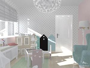 Pokój dwulatki - Mały biały szary różowy pokój dziecka dla dziewczynki dla ucznia dla malucha, styl nowoczesny - zdjęcie od StudioBarw
