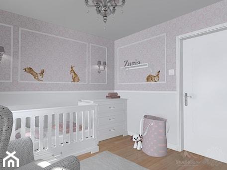 Pokój dziewczynki - Średni biały różowy pokój dziecka dla dziewczynki dla niemowlaka dla malucha, styl klasyczny - zdjęcie od StudioBarw