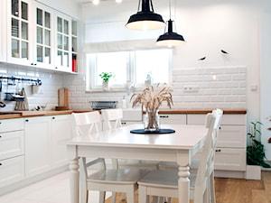 Realizacja mieszkania w stylu rustykalnym - Średnia otwarta biała kuchnia w kształcie litery l, styl rustykalny - zdjęcie od Eno Design