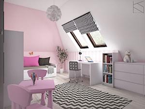 Pokój dziewczynki - Średni biały różowy pokój dziecka dla dziewczynki dla ucznia dla malucha dla nastolatka, styl tradycyjny - zdjęcie od KN.wnętrza