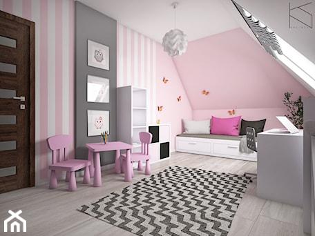 Aranżacje wnętrz - Pokój dziecka: Pokój dziewczynki - Duży biały różowy czarny pokój dziecka dla dziewczynki dla ucznia dla malucha, styl tradycyjny - KN.wnętrza. Przeglądaj, dodawaj i zapisuj najlepsze zdjęcia, pomysły i inspiracje designerskie. W bazie mamy już prawie milion fotografii!