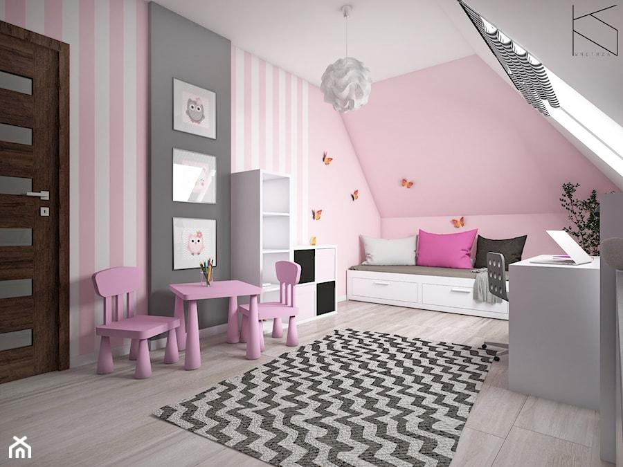 Pokój dziewczynki - Duży biały różowy czarny pokój dziecka dla dziewczynki dla ucznia dla malucha, styl tradycyjny - zdjęcie od KN.wnętrza