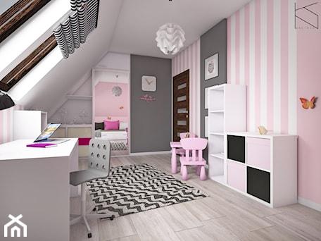 Aranżacje wnętrz - Pokój dziecka: Pokój dziewczynki - Średni biały szary różowy pokój dziecka dla dziewczynki dla ucznia dla malucha, styl tradycyjny - KN.wnętrza. Przeglądaj, dodawaj i zapisuj najlepsze zdjęcia, pomysły i inspiracje designerskie. W bazie mamy już prawie milion fotografii!