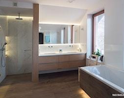 Ciepła łazienka z oknem wykończona dębowym fornirem. Trzetrzelewska Beata - zdjęcie od BTA Beata Trzetrzelewska - Homebook