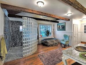 Luksfery - Duża biała szara łazienka w bloku w domu jednorodzinnym jako domowe spa z oknem, styl eklektyczny - zdjęcie od antonina565