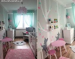 Pastelowy pokój dla dziewczynki - Średni szary pokój dziecka dla dziewczynki dla ucznia dla niemowlaka - zdjęcie od dekoratoramator.pl