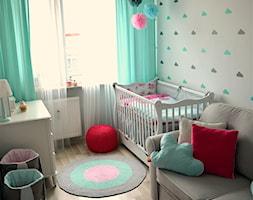 Pokój małej dziewczynki - Mały biały pokój dziecka dla chłopca dla dziewczynki dla niemowlaka, styl skandynawski - zdjęcie od dekoratoramator.pl