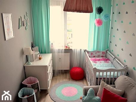Pokój małej dziewczynki - Mały szary pastelowy miętowy pokój dziecka dla dziewczynki dla niemowlaka, styl skandynawski - zdjęcie od dekoratoramator.pl