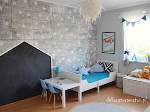 Pokój rodzeństwa - Średni szary pokój dziecka dla chłopca dla malucha, styl skandynawski - zdjęcie od dekoratoramator.pl