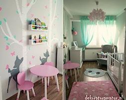 Pastelowy pokój dla dziewczynki - Średni szary pokój dziecka dla dziewczynki dla niemowlaka dla malucha - zdjęcie od dekoratoramator.pl