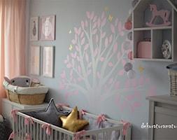 Pokój dla dziewczynek - Średni szary pokój dziecka dla dziewczynki dla niemowlaka, styl skandynawski - zdjęcie od dekoratoramator.pl