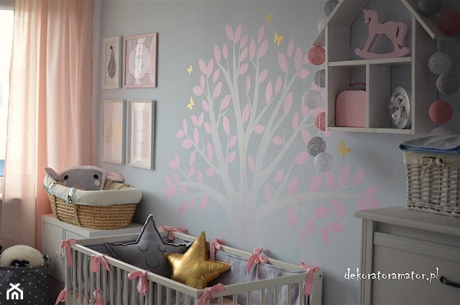 Aranżacje wnętrz - Pokój dziecka: Pokój dla dziewczynek - Średni szary pokój dziecka dla dziewczynki dla niemowlaka, styl skandynawski - dekoratoramator.pl. Przeglądaj, dodawaj i zapisuj najlepsze zdjęcia, pomysły i inspiracje designerskie. W bazie mamy już prawie milion fotografii!