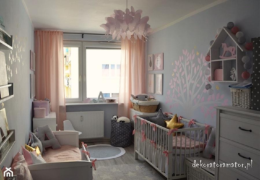Aranżacje wnętrz - Pokój dziecka: Pokój dla dziewczynek - Mały szary pokój dziecka dla chłopca dla dziewczynki dla rodzeństwa dla ucznia dla niemowlaka dla malucha, styl skandynawski - dekoratoramator.pl. Przeglądaj, dodawaj i zapisuj najlepsze zdjęcia, pomysły i inspiracje designerskie. W bazie mamy już prawie milion fotografii!