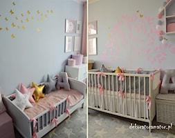 Pokój dla dziewczynek - Średni szary pokój dziecka dla rodzeństwa dla niemowlaka dla malucha, styl skandynawski - zdjęcie od dekoratoramator.pl