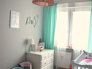 Pokój małej dziewczynki - Średni szary pokój dziecka dla dziewczynki dla niemowlaka, styl skandynawski - zdjęcie od dekoratoramator.pl