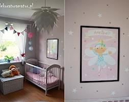 Pokój rodzeństwa - Mały różowy pokój dziecka dla dziewczynki dla niemowlaka, styl skandynawski - zdjęcie od dekoratoramator.pl