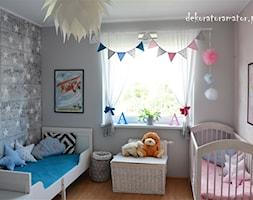 Pokój rodzeństwa - Mały szary pokój dziecka dla chłopca dla dziewczynki dla rodzeństwa dla niemowlaka dla malucha - zdjęcie od dekoratoramator.pl