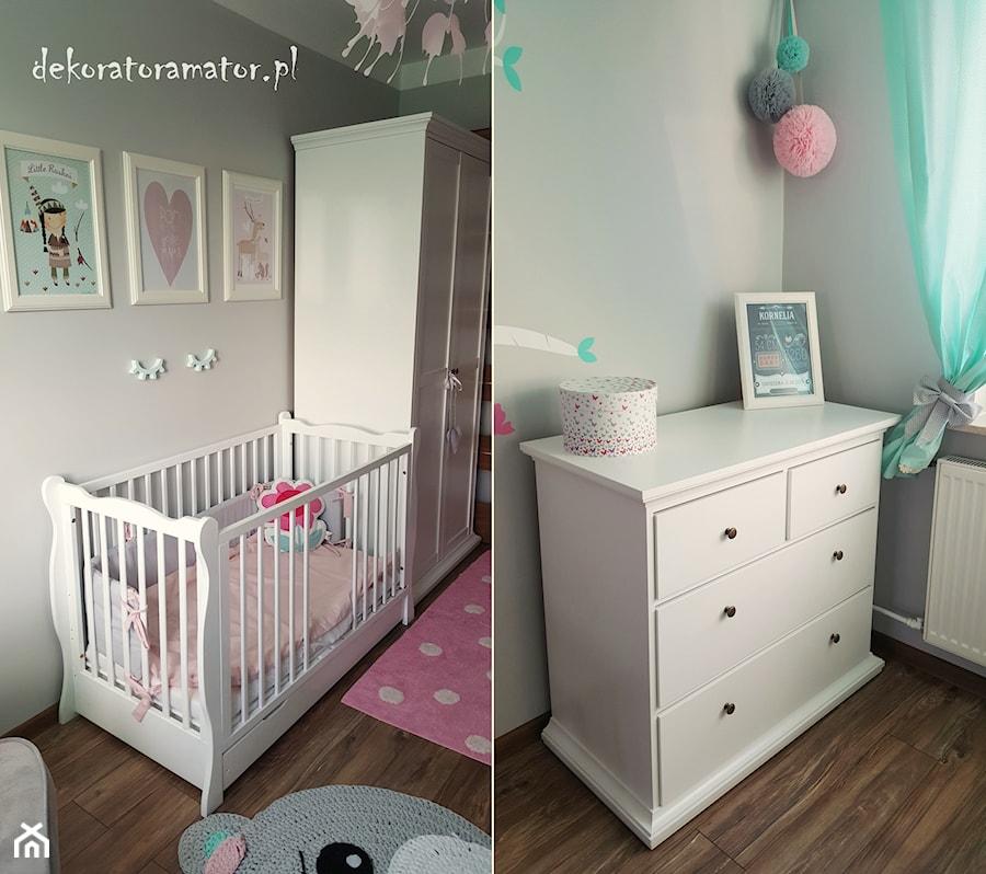 Pastelowy pokój dla dziewczynki - Mały szary pokój dziecka dla dziewczynki dla niemowlaka - zdjęcie od dekoratoramator.pl