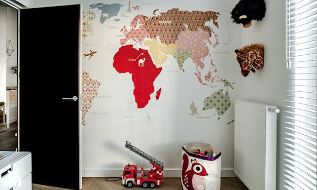 kolorowa mapa świata w pokoju dziecka na białym tle