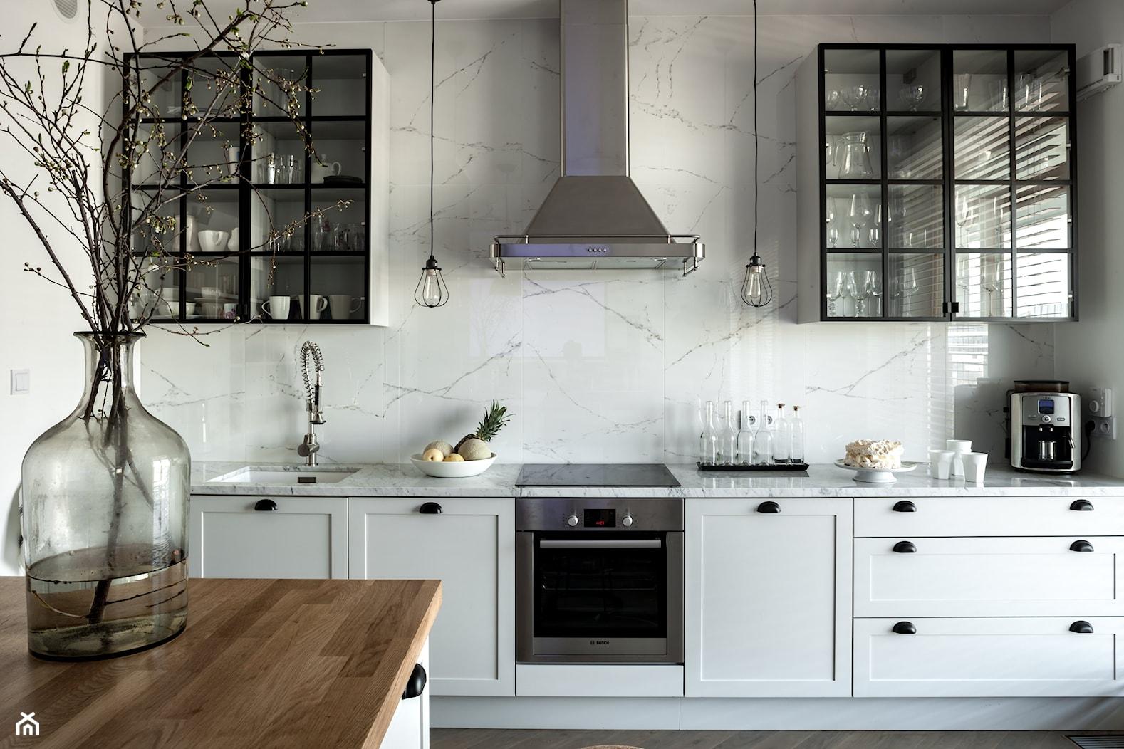 WILANÓW - Średnia otwarta biała kuchnia jednorzędowa z wyspą, styl skandynawski - zdjęcie od PINKMARTINI - Homebook