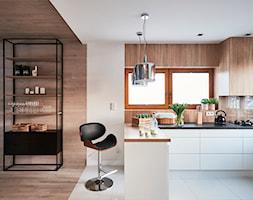 Realizacja 2017 - Średnia otwarta biała kuchnia w kształcie litery l w aneksie z oknem, styl nowoczesny - zdjęcie od Vprojekt design by Weronika