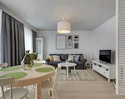 Apartament do wynajęcia Gdańsk - Średni biały salon z barkiem z jadalnią, styl skandynawski - zdjęcie od Vprojekt design by Weronika - Homebook