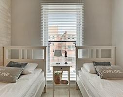 Apartament do wynajęcia Gdańsk - Mała szara sypialnia dla gości, styl skandynawski - zdjęcie od Vprojekt design by Weronika - Homebook