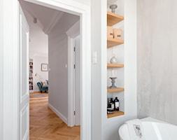 Realizacja Lipiec 2018 - Mała biała szara łazienka w bloku w domu jednorodzinnym bez okna, styl ekl ... - zdjęcie od Vprojekt design by Weronika - Homebook