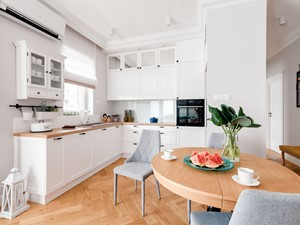 Realizacja Lipiec 2018 - Duża otwarta szara kuchnia w kształcie litery l z oknem, styl eklektyczny - zdjęcie od Vprojekt design by Weronika