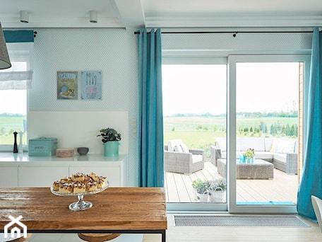 Realizacja domu na Mazurach - Duża otwarta biała miętowa jadalnia w kuchni, styl skandynawski - zdjęcie od Vprojekt design by Weronika