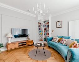 Realizacja Lipiec 2018 - Średni szary biały salon z bibiloteczką, styl eklektyczny - zdjęcie od Vprojekt design by Weronika - Homebook