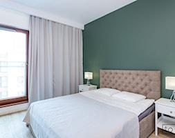Apartament II na wynajem w Gdańsku - Mała średnia biała zielona sypialnia dla gości małżeńska, styl skandynawski - zdjęcie od TO DO.