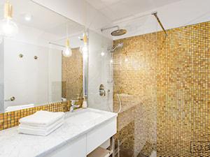 Apartament II na wynajem w Gdańsku - Mała szara żółta łazienka na poddaszu w bloku w domu jednorodzinnym bez okna, styl klasyczny - zdjęcie od TO DO.