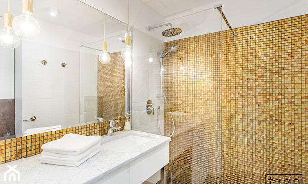 złote płytki w łazience