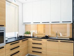 50 m2 - Średnia zamknięta biała pomarańczowa kuchnia w kształcie litery l z oknem - zdjęcie od Sylwia Drążczyk