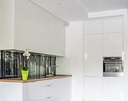 Kuchnia z motywem lasu - Mała otwarta biała kuchnia w kształcie litery l w aneksie, styl klasyczny - zdjęcie od MS-Meble Małyjurek