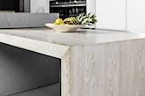 wbudowany w wyspę kuchenną drewniany stół