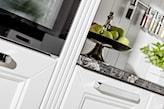 białe fronty w kuchni ze srebrnymi uchwytami