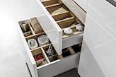 białe szuflady kuchenne