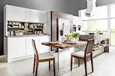duża biała kuchnia z ciemnym drewnem