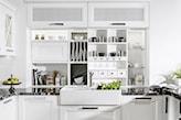 biała kuchnia z białym wbudowanym zlewozmywakiem