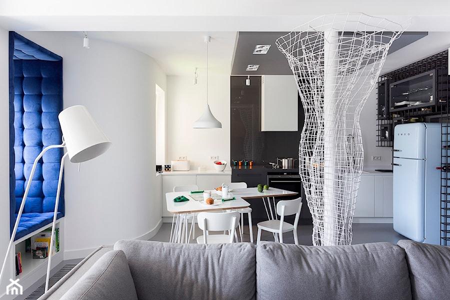 Aranżacje wnętrz - Jadalnia: Mieszkanie Zakopane - Mała otwarta biała jadalnia w kuchni w salonie, styl nowoczesny - Grupa Żoliborz. Przeglądaj, dodawaj i zapisuj najlepsze zdjęcia, pomysły i inspiracje designerskie. W bazie mamy już prawie milion fotografii!