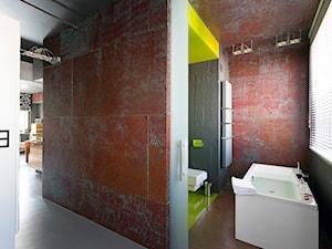 Mieszkanie Ordynacka - Duża szara czerwona łazienka w domu jednorodzinnym z oknem, styl industrialny - zdjęcie od Grupa Żoliborz