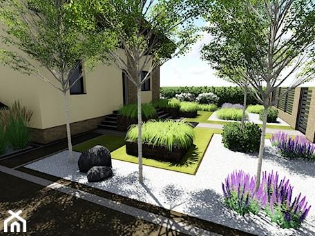 Aranżacje wnętrz - Ogród: W prostych liniach - Średni ogród przed domem za domem, styl minimalistyczny - studio48. Przeglądaj, dodawaj i zapisuj najlepsze zdjęcia, pomysły i inspiracje designerskie. W bazie mamy już prawie milion fotografii!