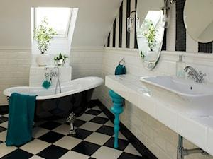 PLAŻOWO - Średnia biała czarna łazienka na poddaszu w domu jednorodzinnym z oknem, styl klasyczny - zdjęcie od Nest Interiors