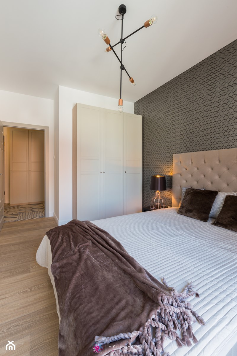 Apartament Gdańsk Motława - Mała biała szara sypialnia małżeńska - zdjęcie od Mika Szymkowiak Fotografia
